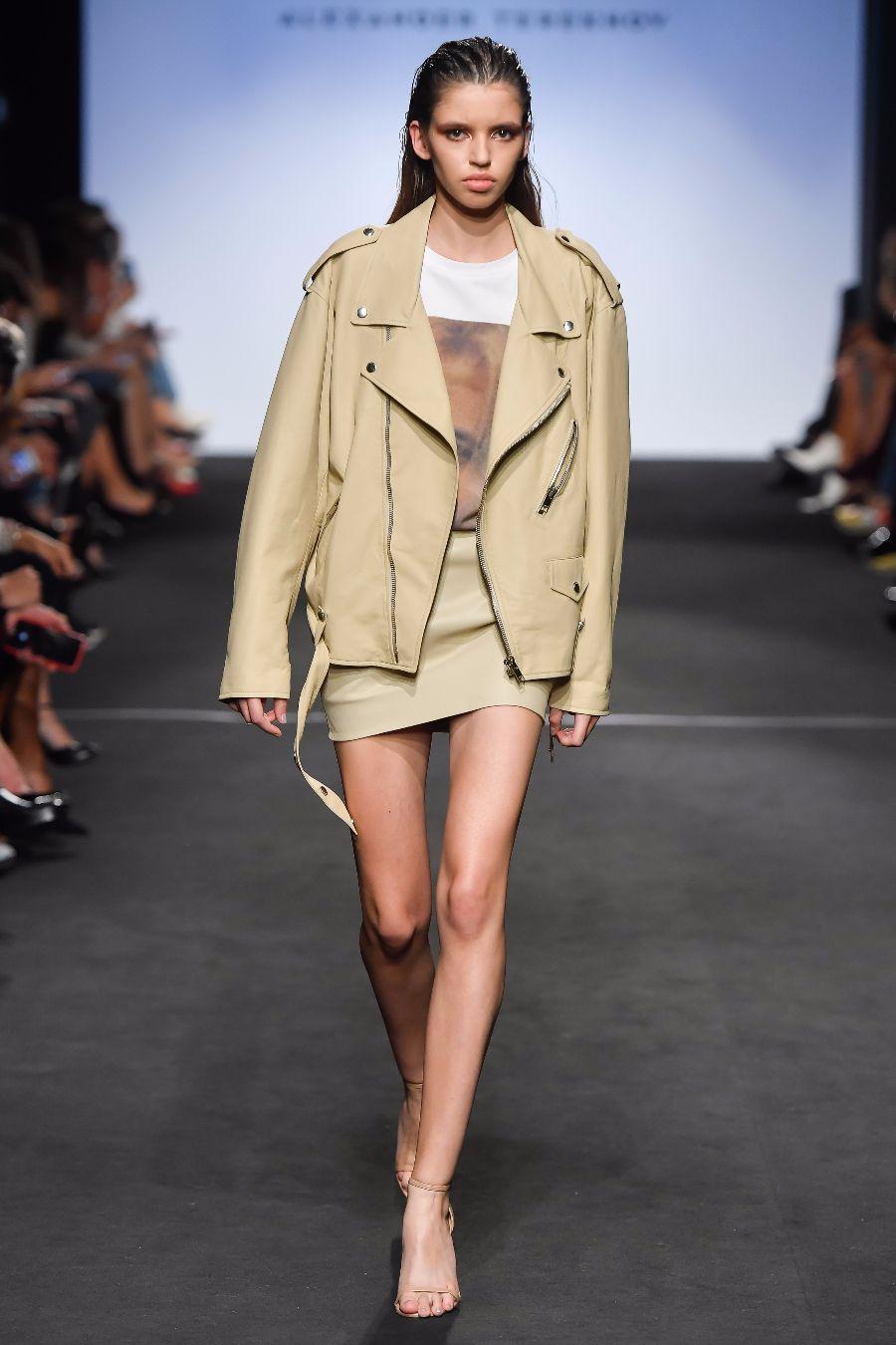 31a98da0d7 Sú ochotní obetovať štýl a módne trendy v prospech expresívneho a stručného  spôsobu. Pozrite sa na príklady minimalistických lukov od Jil Sander a  Helmut ...