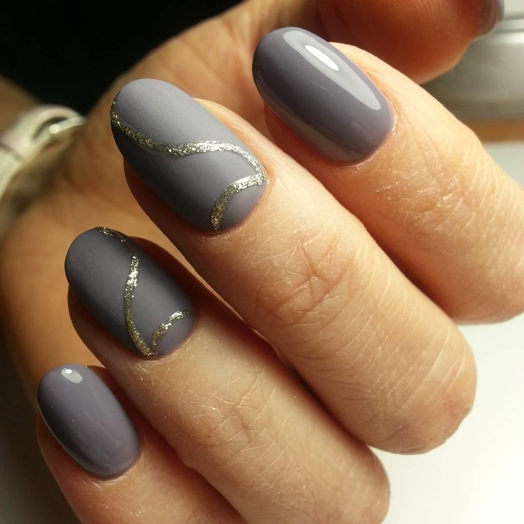 Серо-синий маникюр будет актуален для осеннего или зимнего образа.
