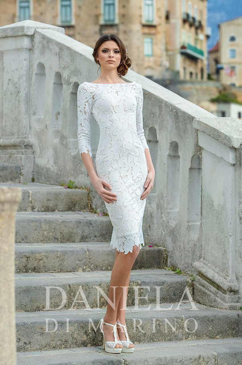 1391f1957d0 Современные платья-футляр немного отличаются от классических вариантов  этого фасона. Свадебные кружевные платья до колен могут иметь открытую  спину