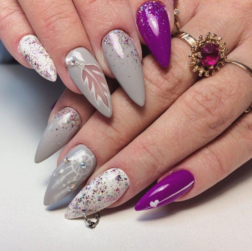 Маникюр с блестками на остром ногтей