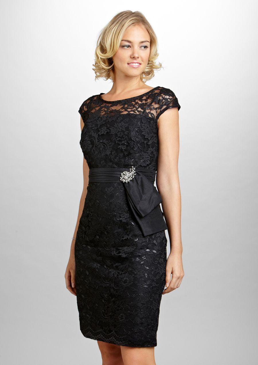 d8e03933295 Короткое кружевное платье сочетает в себе торжественность вечернего наряда  и сдержанность делового образа. Черное платье