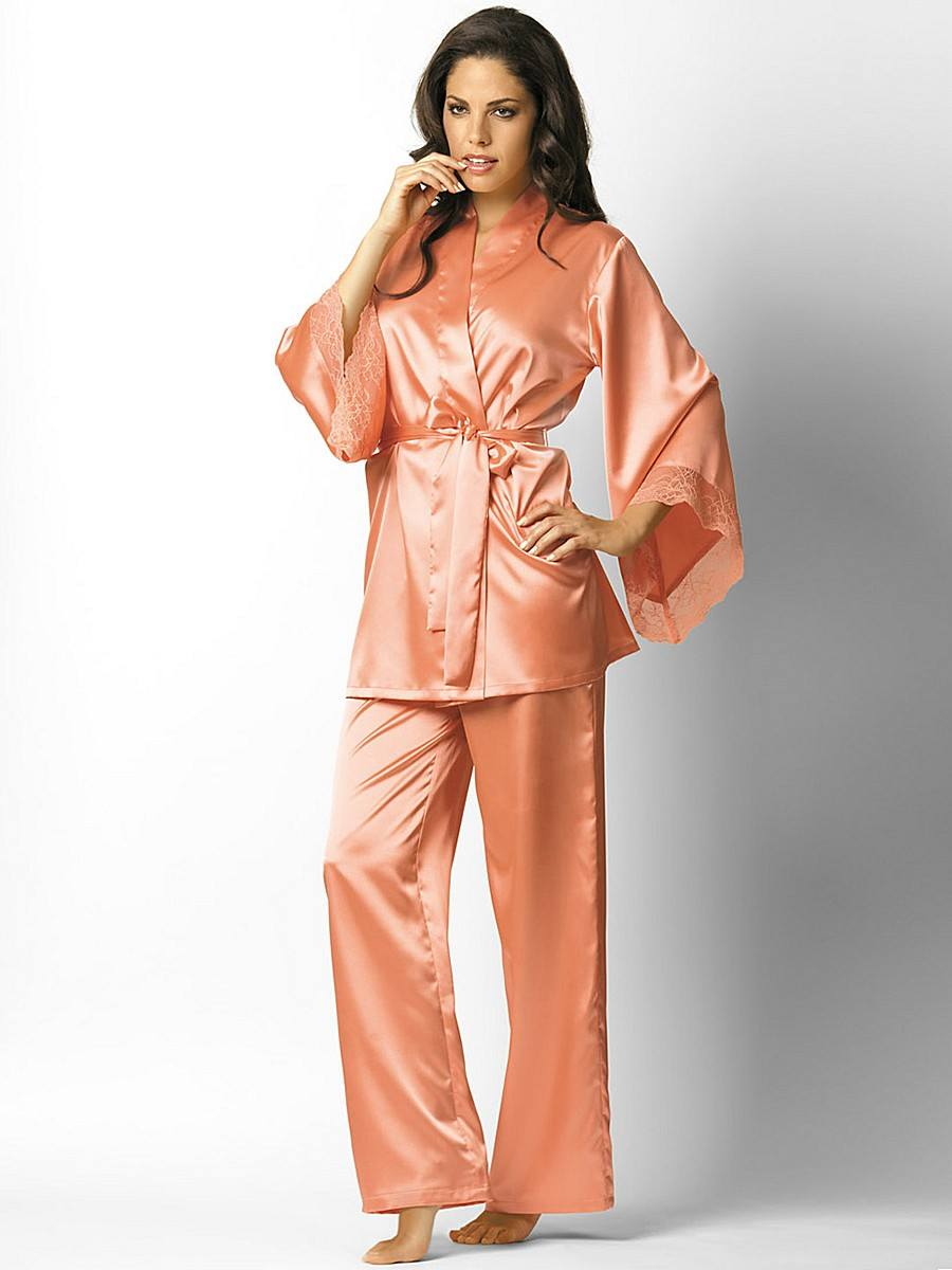 4aa12c2c48ed7 Пижамы из 100% шелка практически не шьются. Дело не только в высокой  стоимости такого комплекта, а в том, что такая пижама будет неудобна в  носке.