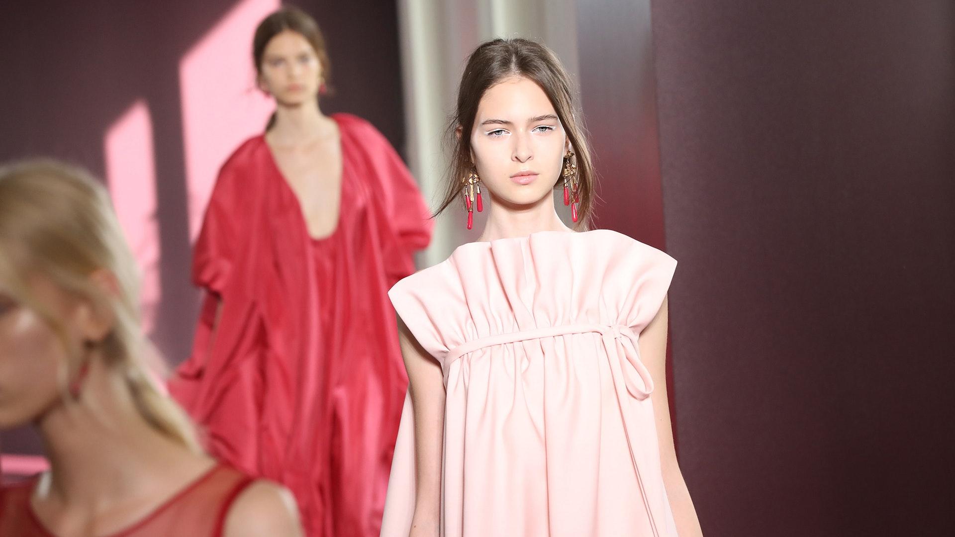 c3ce19bed55 Девушка в платье с воланами навевает мысли о романтической творческой  личности