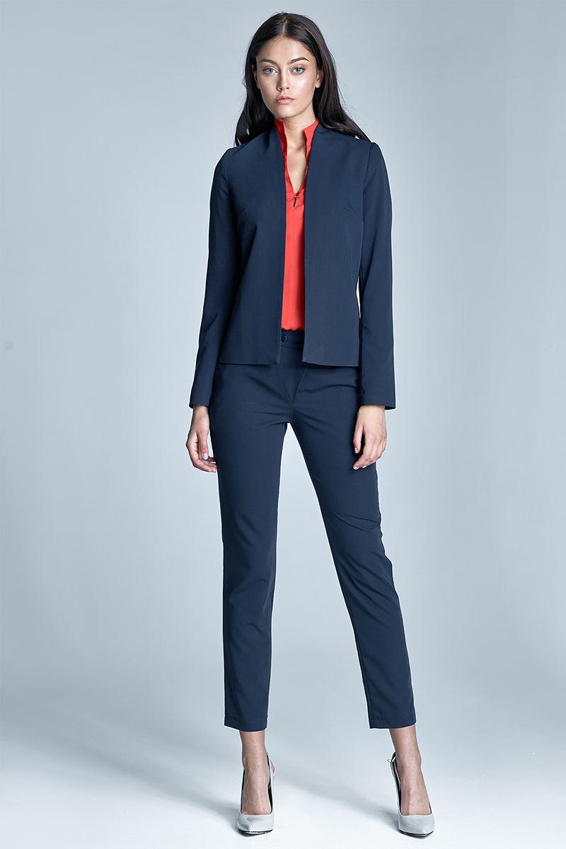 54615b6b686 Стильные модели подчеркивают изгибы тела. Это достаточно комфортный и  практичный в носке костюм для ежедневных офисных будней и деловых встреч.