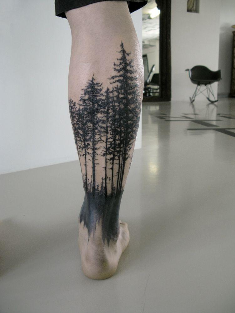 лес на ноге мужчины