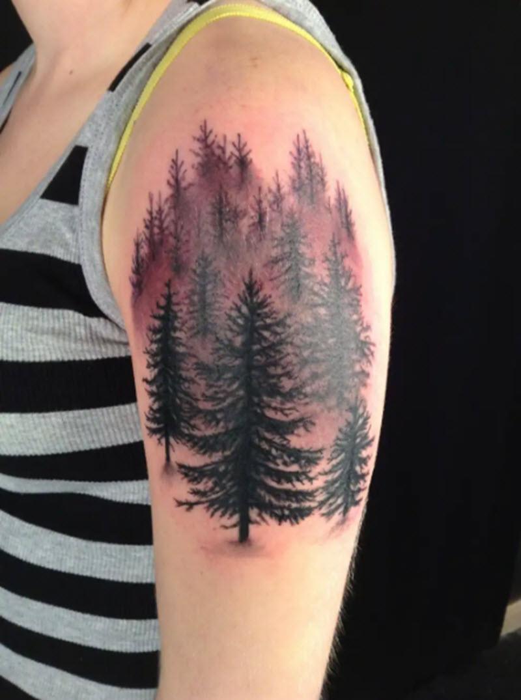 лес на плече девушки