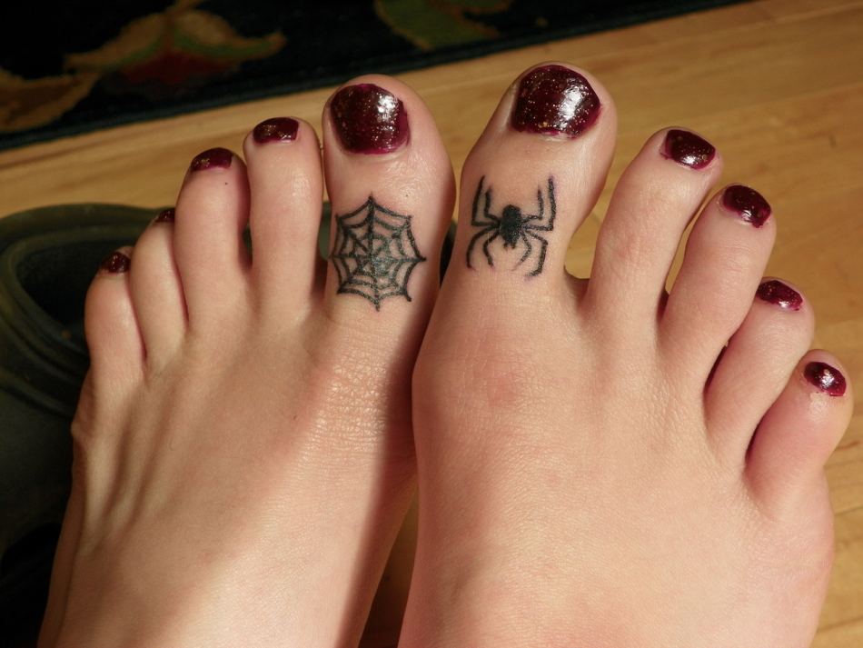 маленькая паутина на ноге