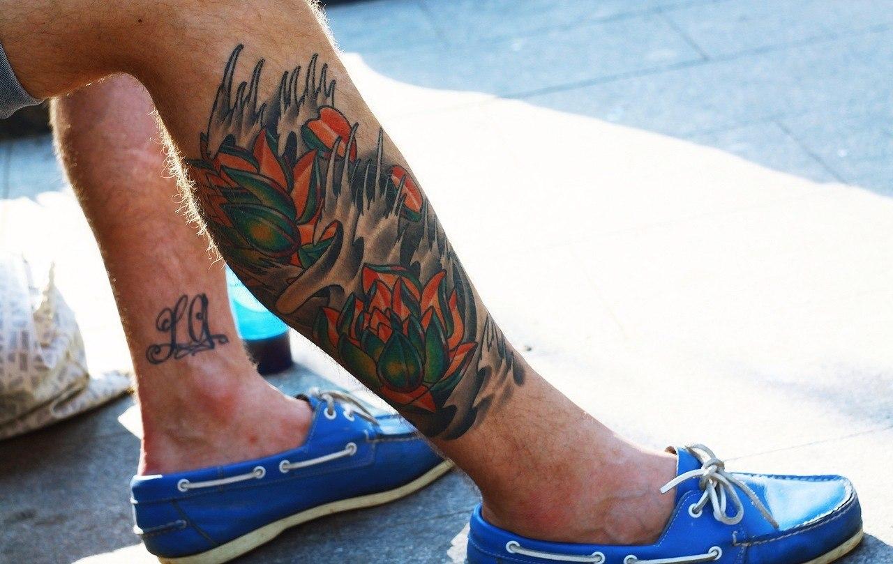 цветная тату на ноге мужчины