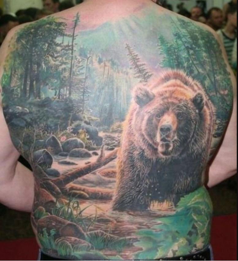 цветная тату на спине мужчины