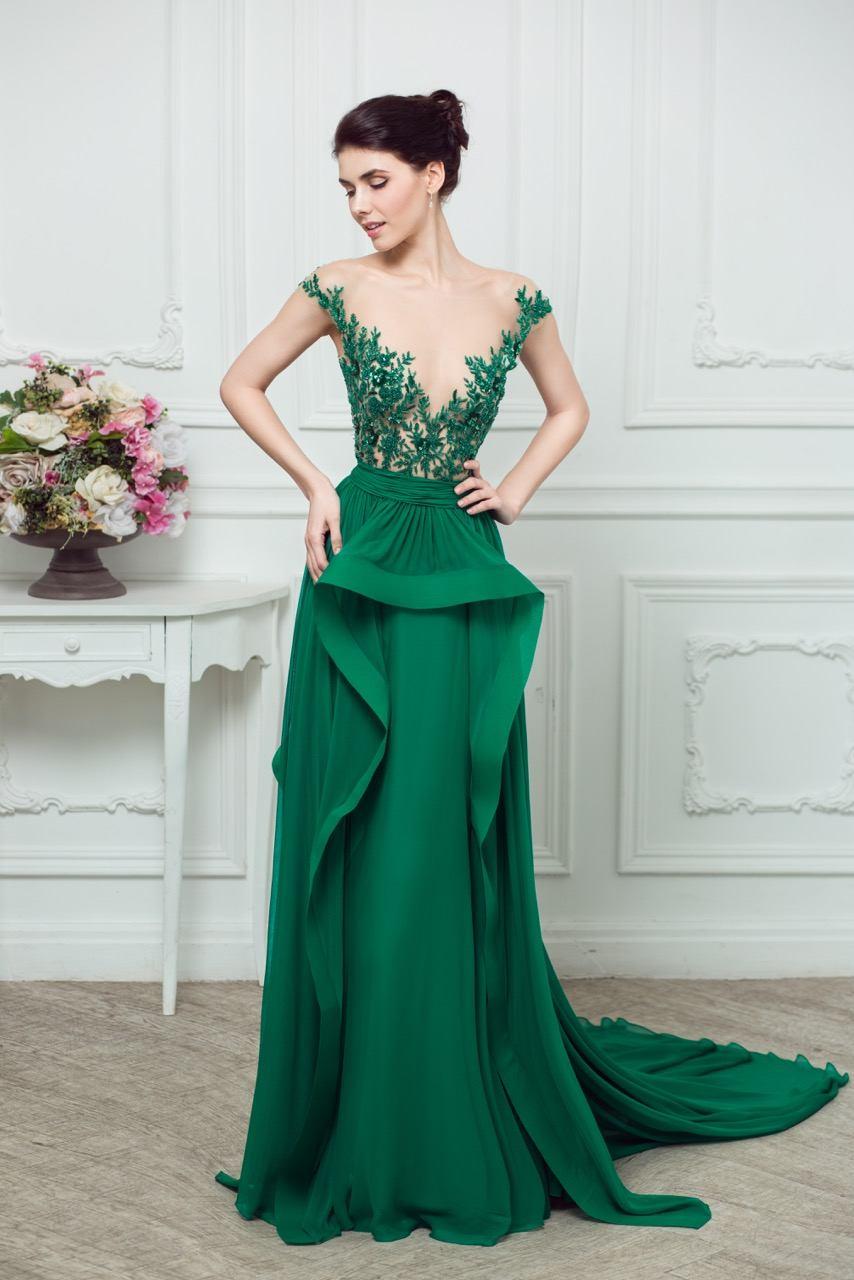 Večerní šaty v zelené barvě jsou bohatě zdobené vložkami 16f4e778db