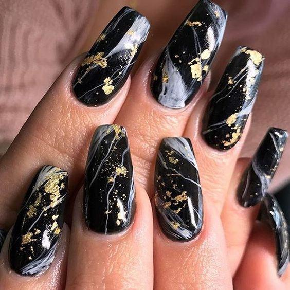 Маникюр в черно золотом цвет