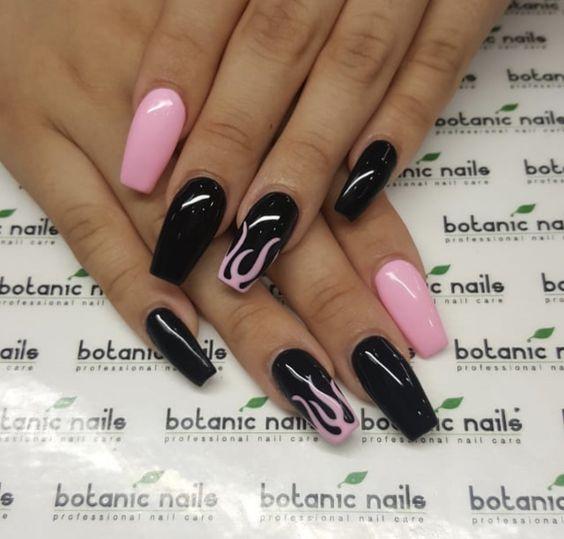 Eleganckie Połączenie Czerni I Różu W Projektowaniu Manicure