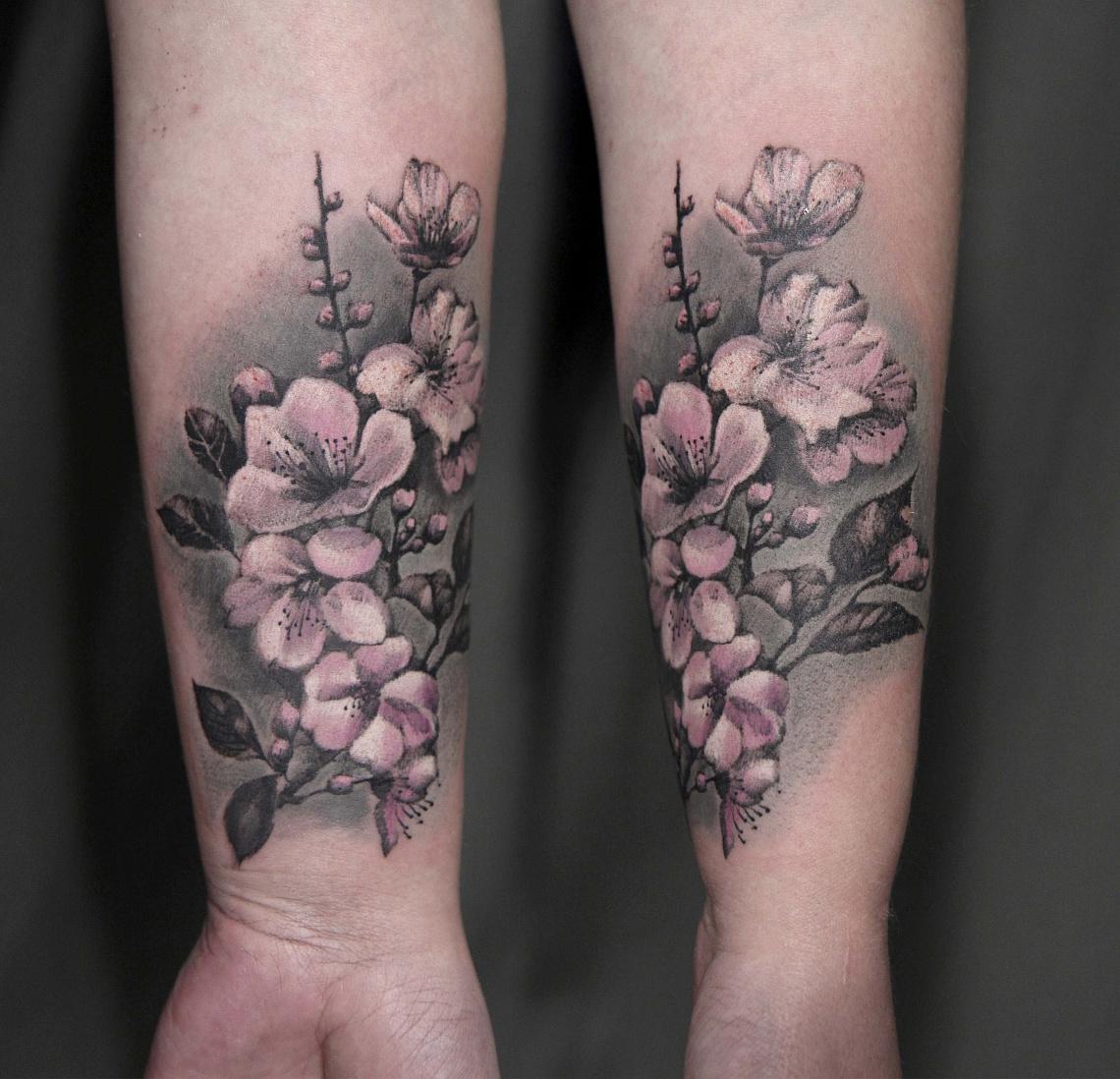 Цветы сакуры на ноге