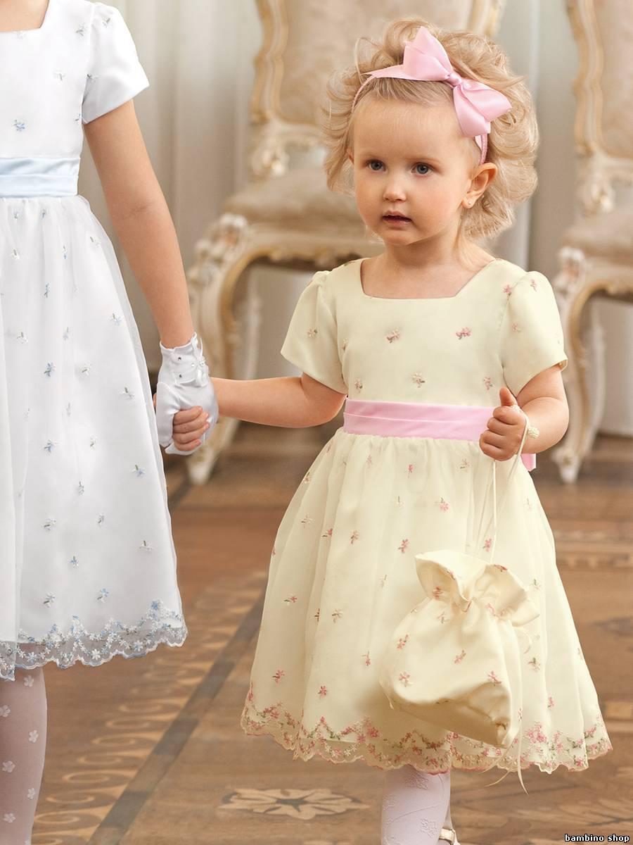 4e94ef774511eff Стилисты рекомендуют одевать девочку в классические платья с пышной юбкой.  Такой фасон наиболее уместен на девочке 3 лет, выглядит красиво и нежно.