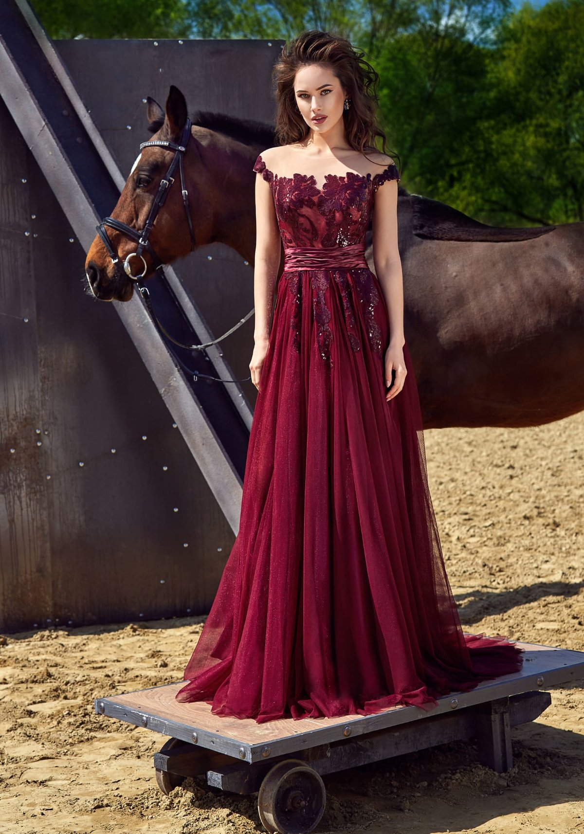 b37a41a53117 Бордовое платье  100 модных новинок, тенденций и трендов на фото