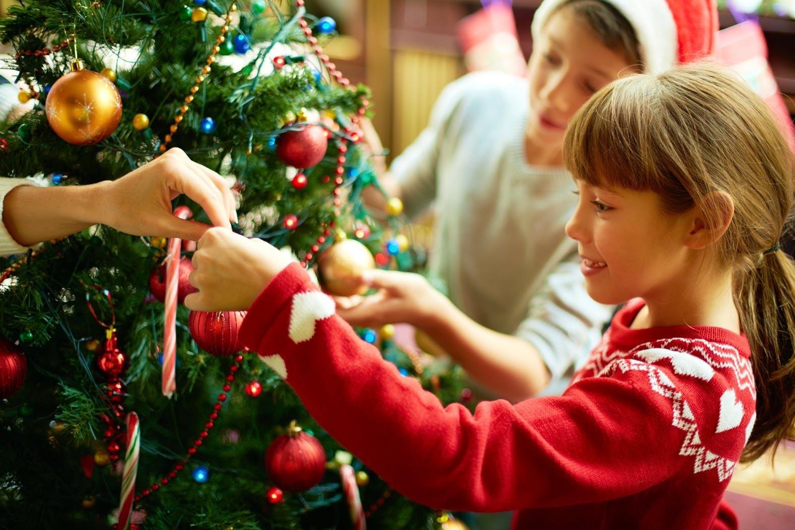 узнать, картинка где семья готовится к новому году огромное разнообразие