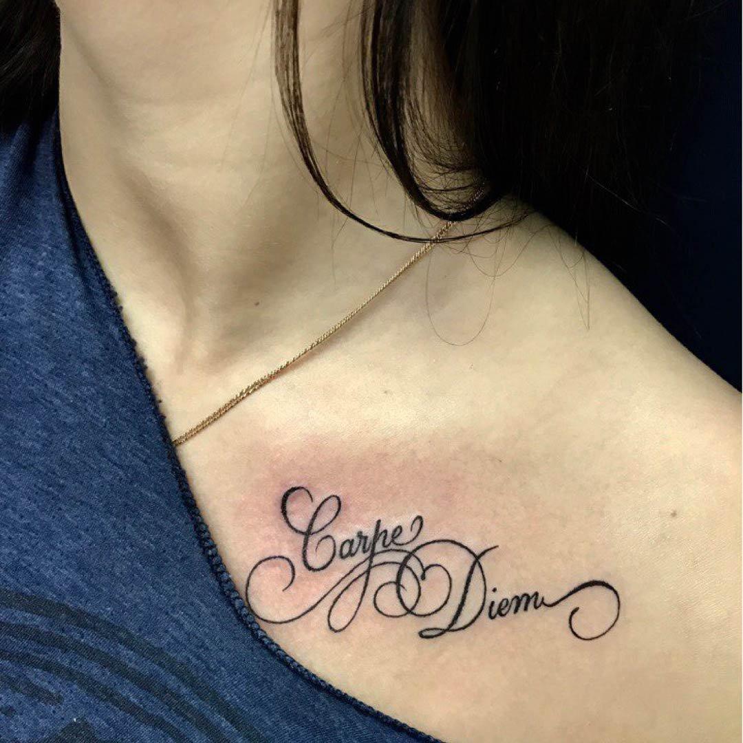 Татуировка надпись с рисунком на ключице