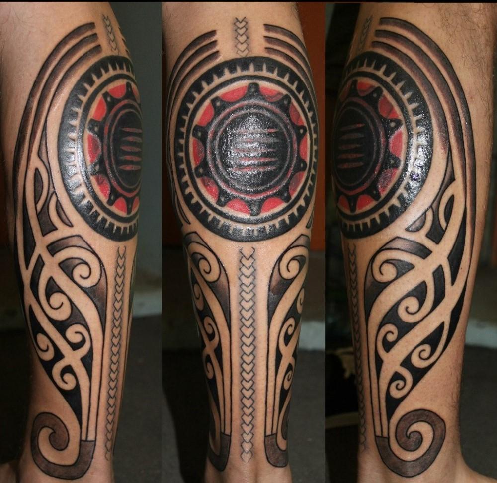 Stupefacente полинезийские тату на ноге