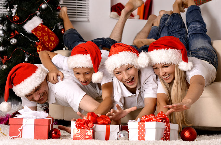 Веселые приколы на Новый год 2019: Как устроить нескучный праздник для корпоратива или семейного торжества?