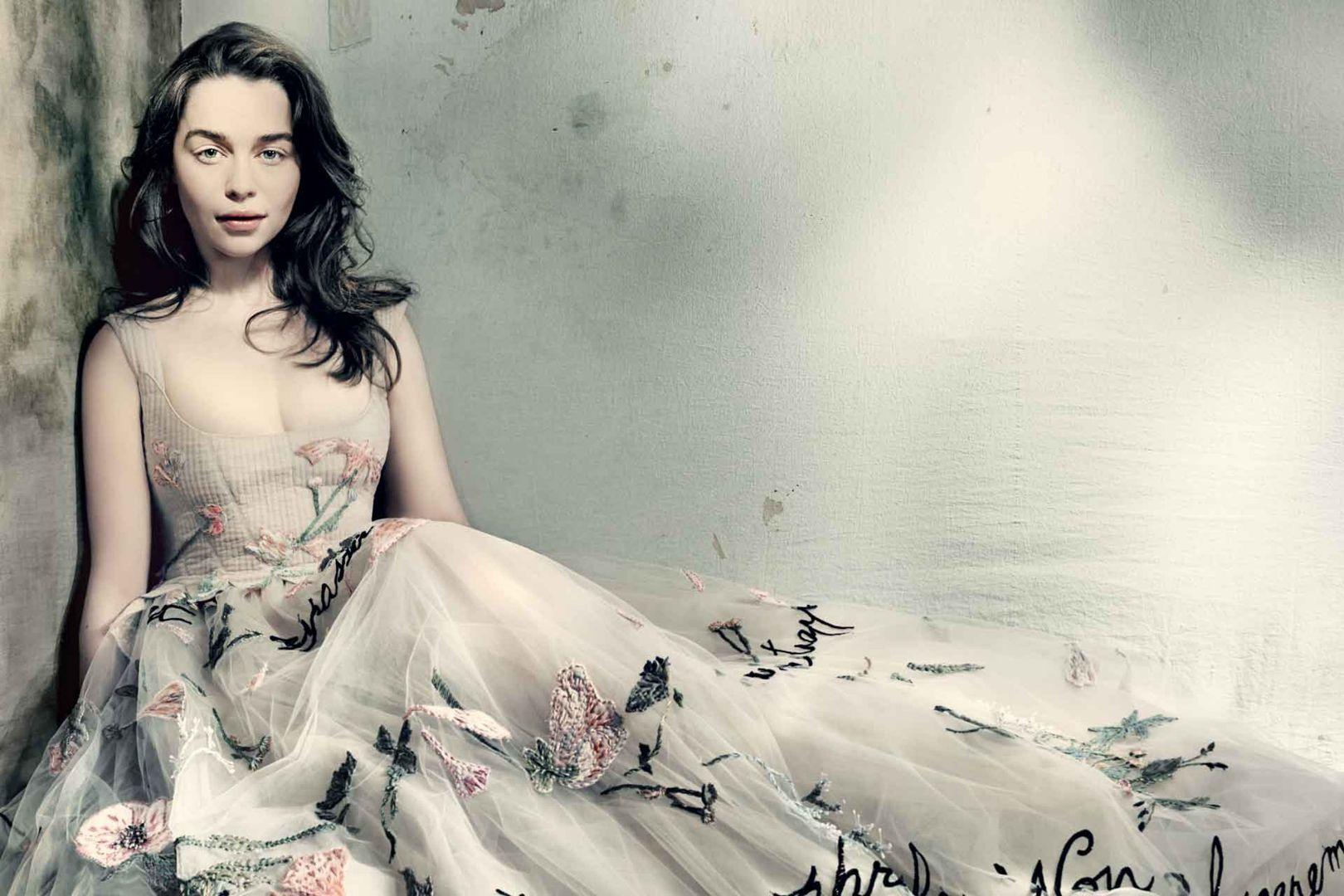 emilia-clarke-may15-p184-vogue-paolo-roversi ТОП 10 самых красивых платьев в мире: рейтинг на фото
