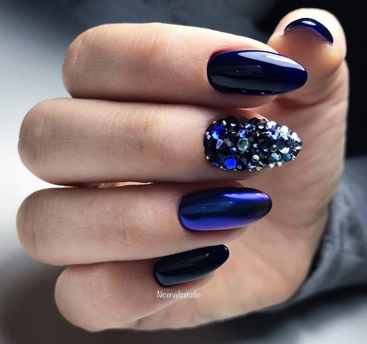 дизайн ногтей темно синий с камешками картинки