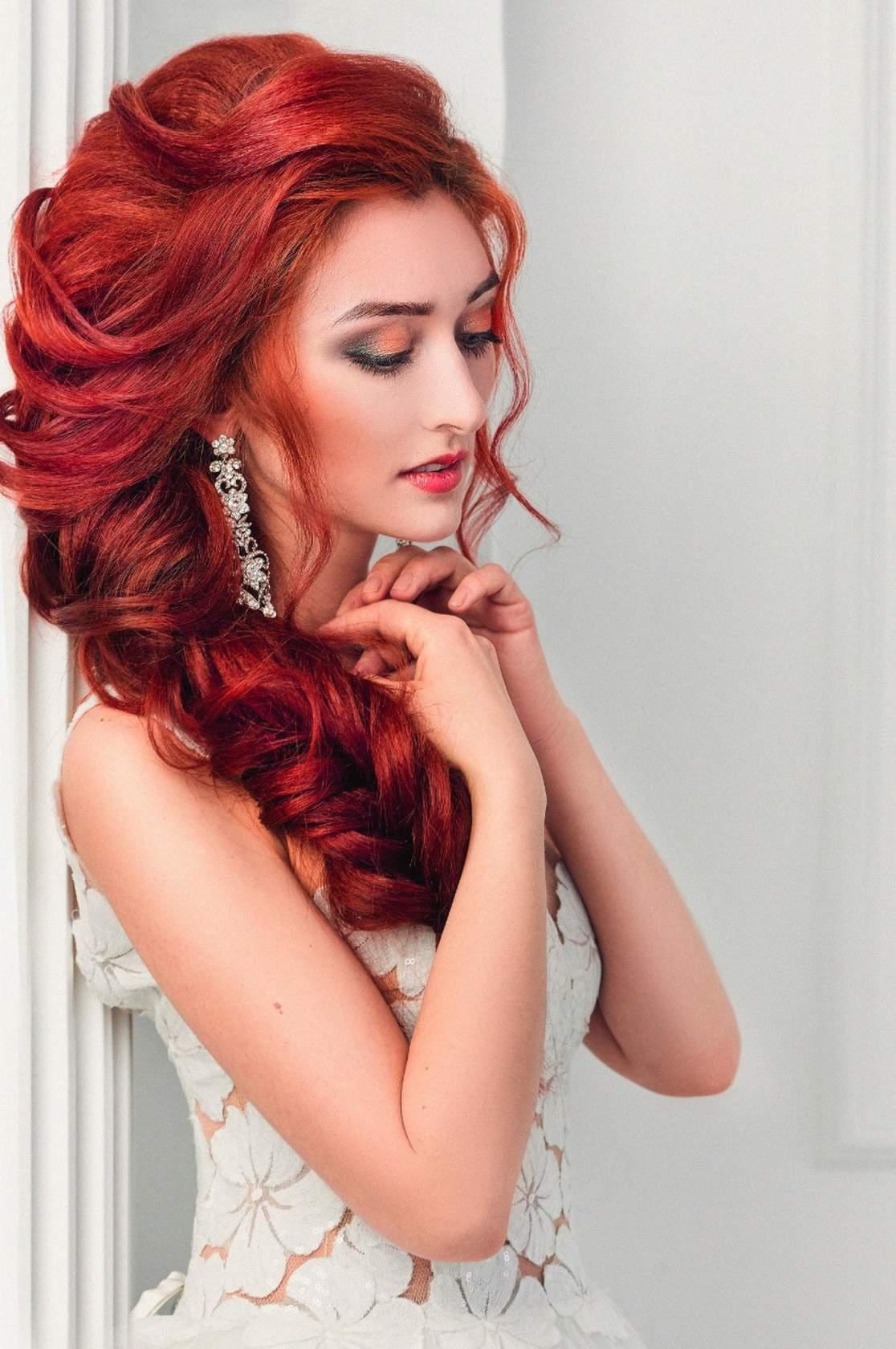 Строгая свадебная прическа на длинные волосы