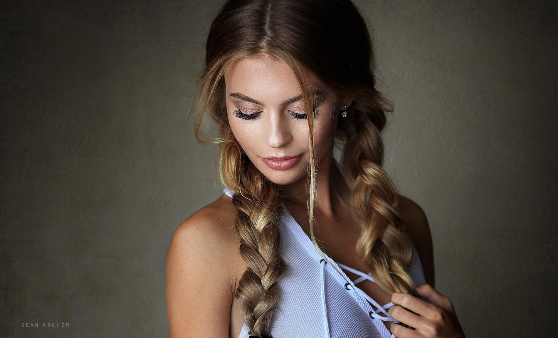 women-pigtails-blonde-face-portrait-simple-background-Sean-Archer-braids-500px-closed-eyes-smiling-1214789 100 стильных идей кос на длинные волосы