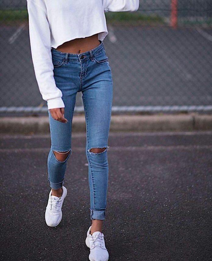 худенькая девушка в джинсах бурлит кровь, когда