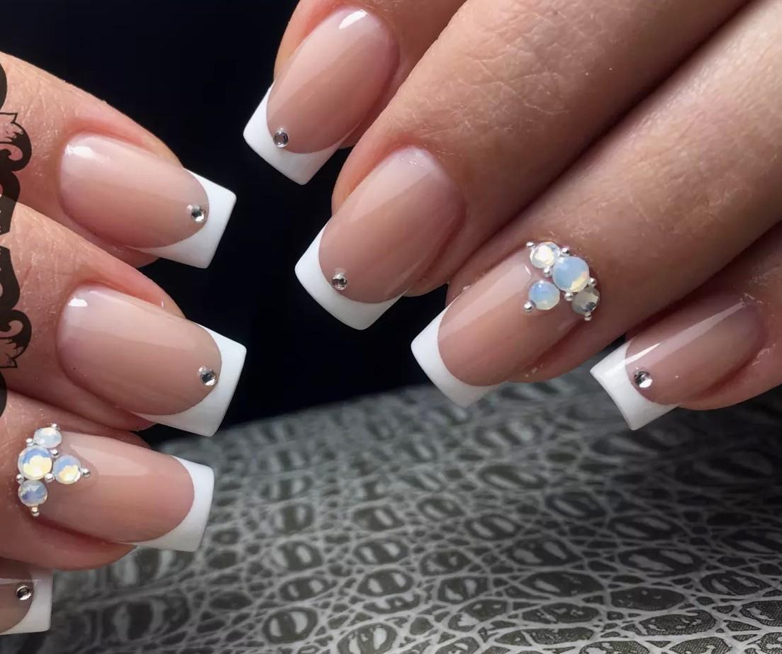 Френч со стразами на ногтях: 25 фото новинок дизайна ногтей