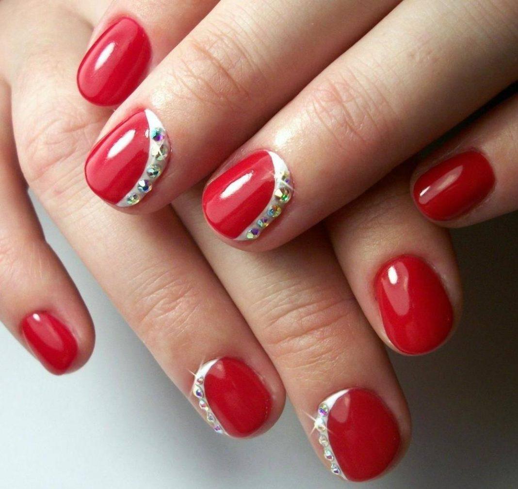 Маникюр на короткие ногти красный цвет фото