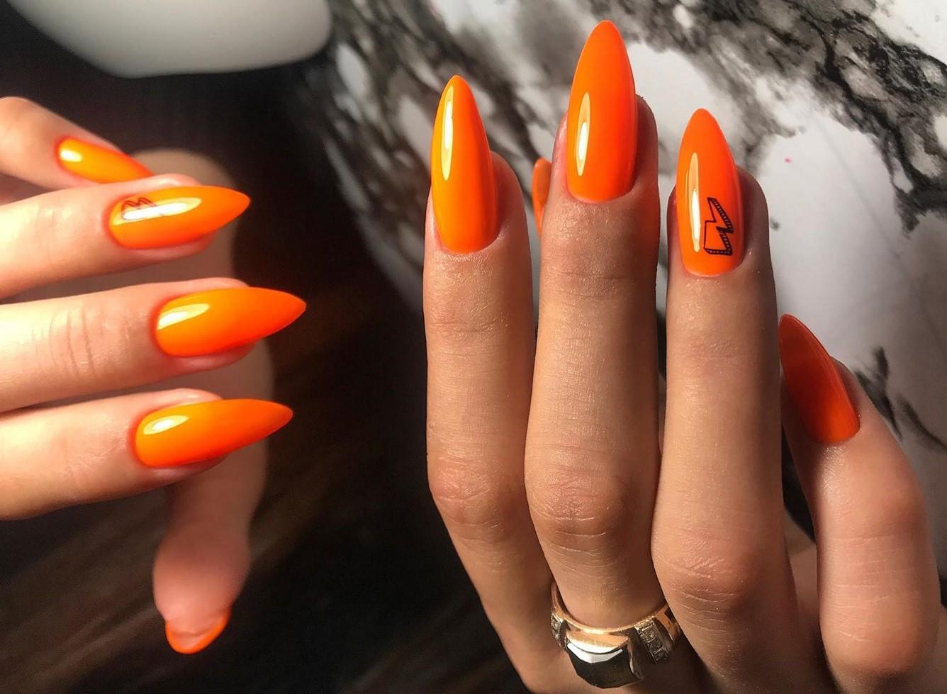 Оранжевый маникюр 2020 – впечатляющий гламурный дизайн для самых ярких модниц