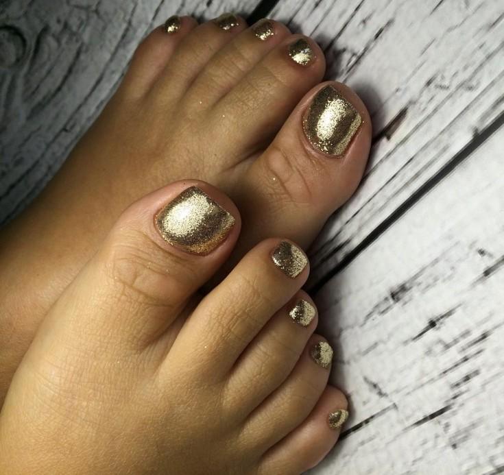 Золотой педикюр: варианты сочетаний с оттенками и декором