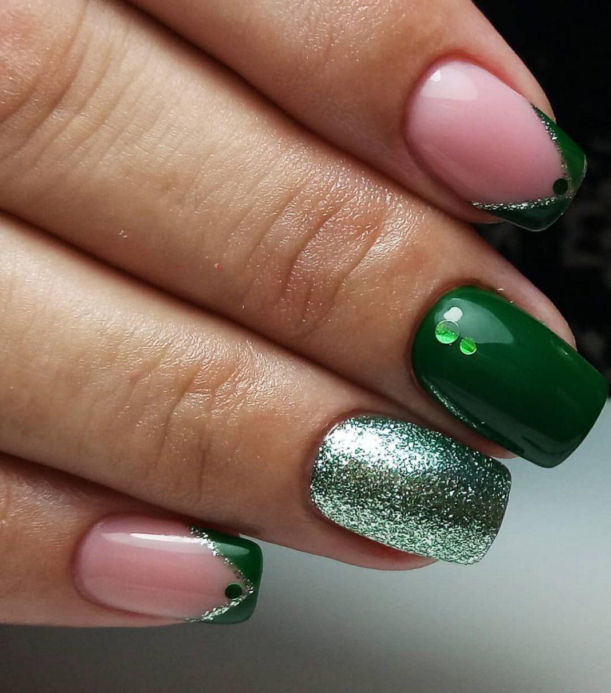 Зеленый шеллак маникюр с блестками фото