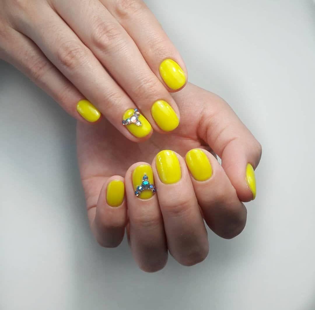 Модный желтый маникюр: стильные идеи дизайна с блестками