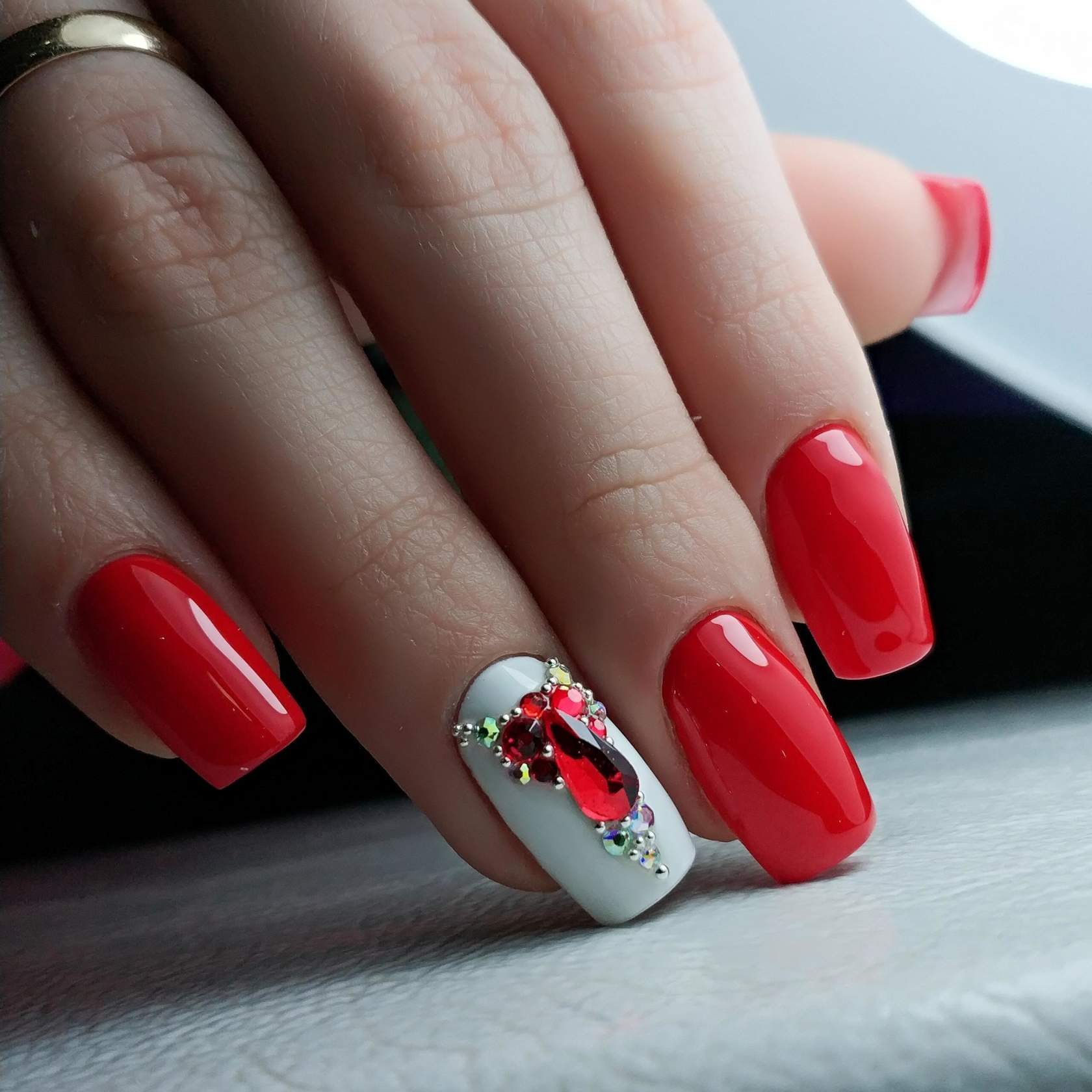 Красный маникюр со стразами: потрясающие идеи дизайна для длинных и коротких ногтей