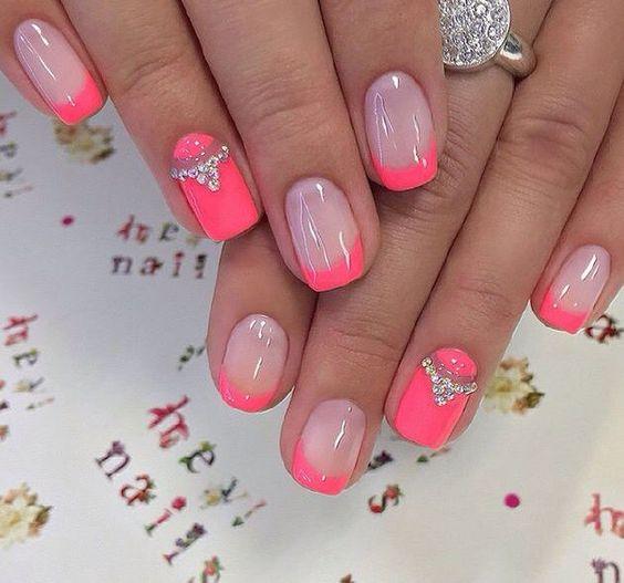 Маникюр с розовыми цветами