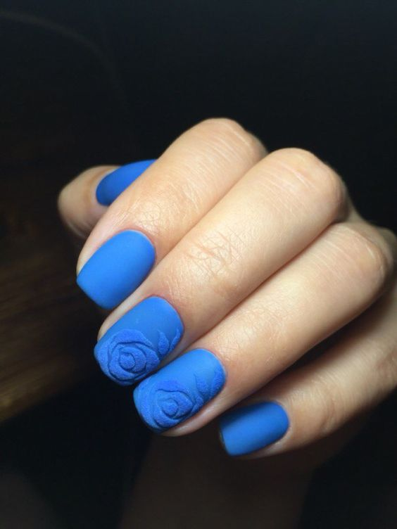 Маникюр с синим песком
