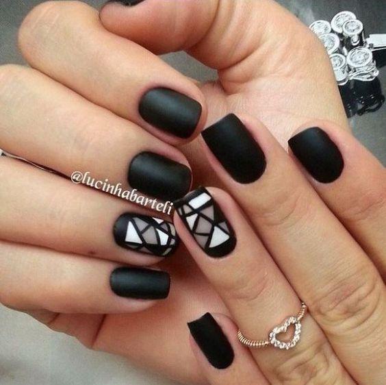 Матовые черные ногти с рисунком