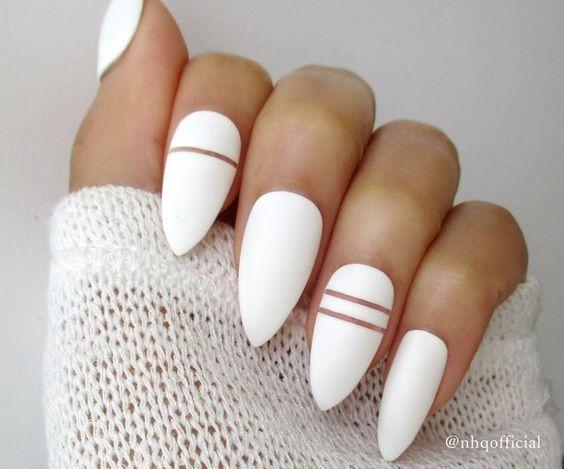 Фото ногтей на белой лампе