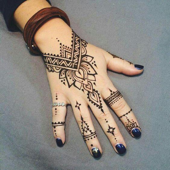 Красивый и простой рисунок на руке хной