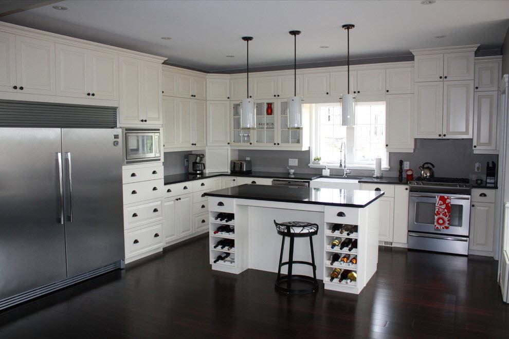 Интерьер белой кухни с белым полом