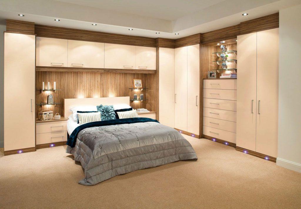 Интерьер спальни с угловым шкафом фото