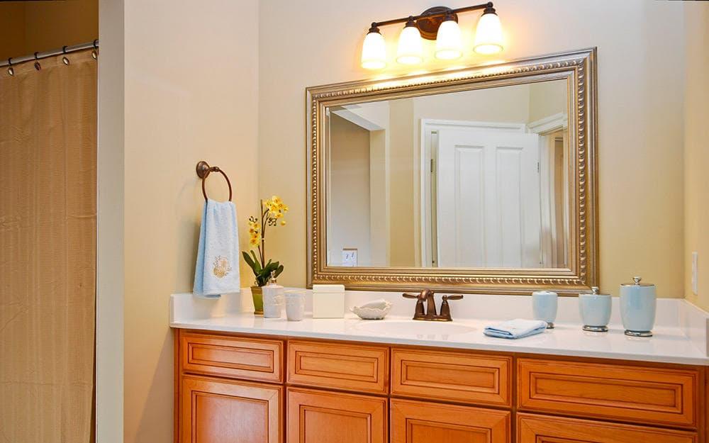 Зеркало с полочкой в ванной комнате дизайн