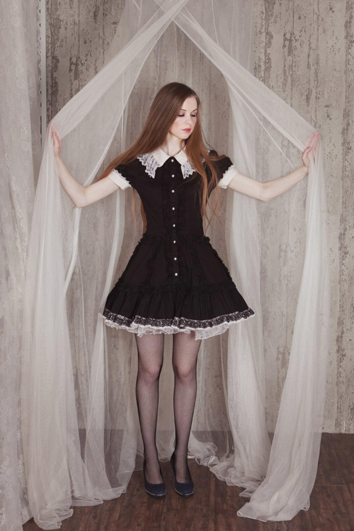 Школьница в черном платье