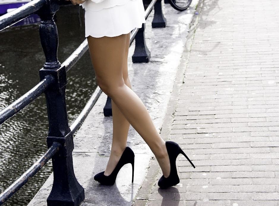 Фото женских ног в туфлях на каблуках