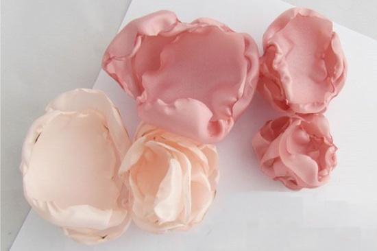 Как сделать простые цветы из лент своими руками