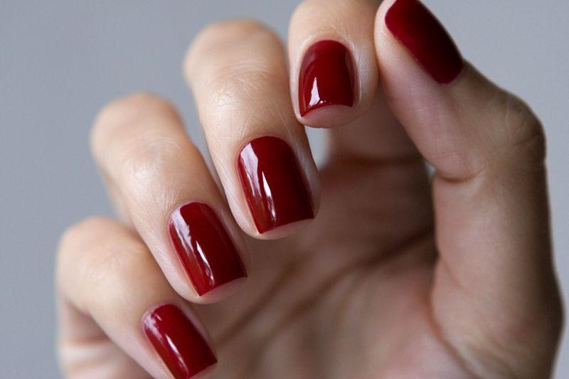 Маникюр под красное платье на короткие
