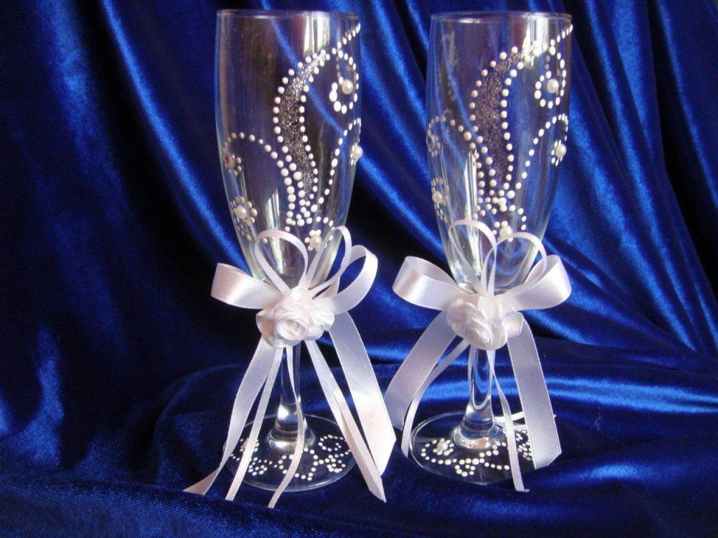 Как стразами украсить бокалы на свадьбу своими руками фото пошагово 3