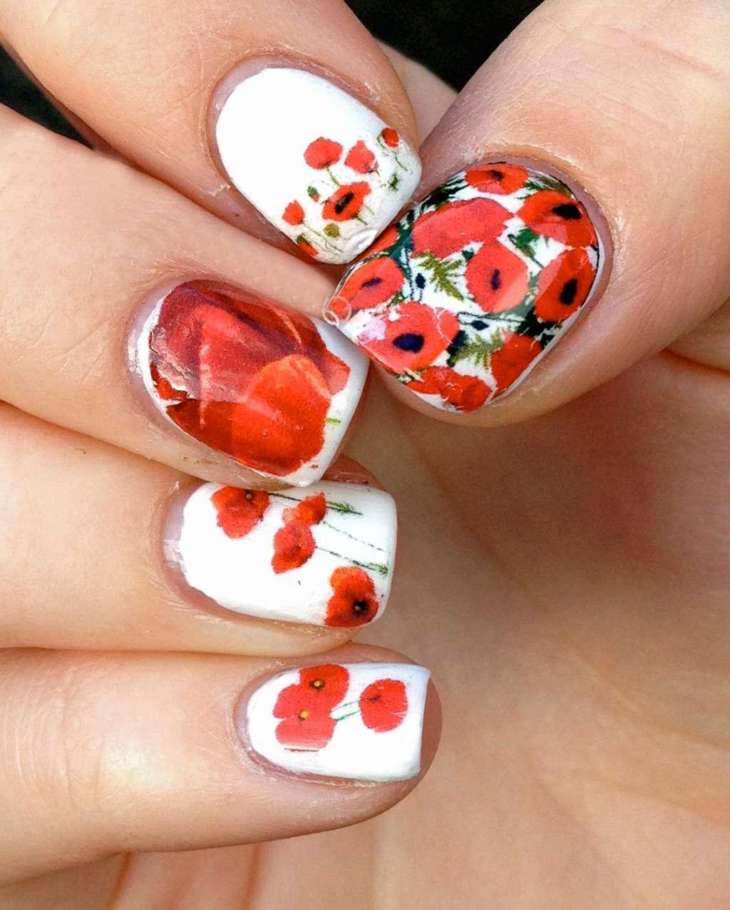 Маникюр на ногтях красные цветы фото