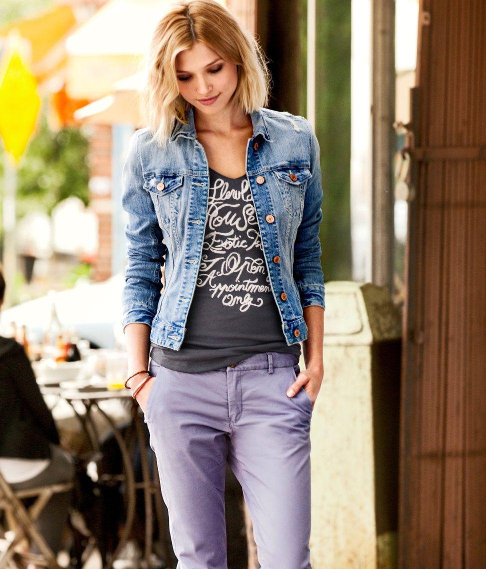 Девушка в джинсах и джинсовой жилетке фото